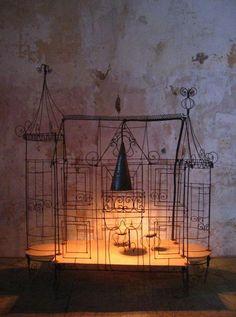 Vox Populi - Créateur de luminaires et objets de décoration à Avignon. Fabrication de lustres, lampes et objets de décoration en fil de fer et cristal.