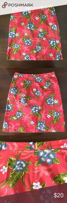 """Tommy Bahama Tropical Stretch Skirt 96% cotton/4% spandex.  Back zipper. Small front zipper pocket.  Side slits. Good used condition. One side slit has a bit of loose stitching the other has some small fraying. Both easily fixed with a few stitches. (See photos). Waist 32"""", length 20.5"""". Not much stretch in waistband but skirt has some give. Tommy Bahama Skirts"""