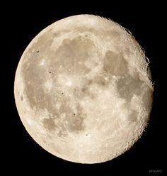 KAGAYA_11949: さきほど東京にて、月の前を横切った国際宇宙ステーション。一瞬 ...