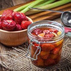 Compote van rabarber met aardbeien Chutney, Fruit Preserves, Food Hacks, Food Tips, Fruit Salad, Cake Recipes, Strawberry, Appetizers, Healthy Recipes