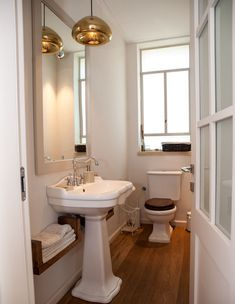 אדריכלות בארץ: שלוש קומות במושב בשרון Guest Toilet, House Design, Mirror, Bathroom, Architecture, Furniture, Home Decor, Washroom, Arquitetura