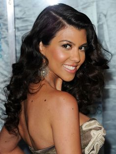 Kourtney Kardashian drew inspiration from Old Hollywood glamour for her hairstyle from the 2011 People's Choice Awards. Her 'do features a strong side part with voluminous curls that begin to take shape at brow level. Valentine's Day Hairstyles, Celebrity Hairstyles, Vintage Hairstyles, Wedding Hairstyles, Kardashian Hairstyles, Formal Hairstyles, Hairdos, Kourtney Kardashian, Kardashian Photos