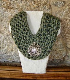 Cuello en verde con aplique metálico en color plata