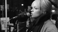 """Lily Allen celebra a Marcha das Mulheres com cover de """"Going to a Town"""" de Rufus Wainwright #Cantora, #Clipe, #Cover, #Curta, #M, #Mulheres, #Mundo, #Música, #Noticias, #Pop, #Vídeo, #Youtube http://popzone.tv/2017/01/lily-allen-celebra-a-marcha-das-mulheres-com-cover-de-going-to-a-town-de-rufus-wainwright.html"""
