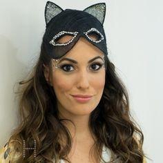 A gata @isabeltaunay antes do baile da @voguebrasil. Em um mood mulher gato, fiz uma maquiagem com sobrancelha marcada, olhos esfumados de preto e aplicação de cristais nas laterais. Blush pêssego compondo com o batom cremoso. O cabelo solto com ondas naturais [incríveis] é do meu querido @cleitongguedes.