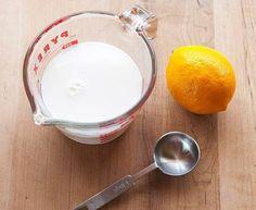 Faire du babeurre maison Une recette demande du babeurre, mais vous n'en avez pas? Vous pouvez le faire vous-même en mélangeant 1 c. à soupe de jus de citron OU 1 c. à soupe de vinaigre blanc dans 1 tasse de lait. Laisser reposer sur le comptoir une dizaine de minutes avant de verser dans la préparation.