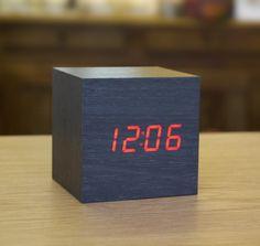 LED wood-effect alarm clock -black cube