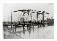 Gezien in de richting van Belcrum, met rechts een treinwagon. In verband met de opkomst van het tramvervoer moest de ophaalbrug uit 1866 (alleen breed genoeg voor een kar of voetganger) worden vernieuwd, dit geschiedde in 1893 (Spoorbrug). Later hier de Trambrug