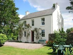 Charming traditional Irish Cottage in the beautiful Caragh Lake Area - Free WiFi. & COTTAGE& a traditional Kerry farmhouse, very cosy and comfortable,. Cottages Anglais, Georgian Homes, White Cottage, Irish Cottage Decor, Up House, Cottage Homes, Land Scape, Building A House, Construction