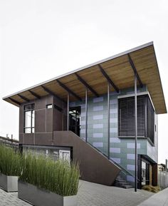 การออกแบบโครงสร้างที่เข้ากับสภาวะทิศทางลม ทำให้ภายในอาคาร มีอากาศหมุนเวียนที่ดี ไม่ก่อให้เกิดความร้อนสะสม ทำให้ออฟฟิศดังกล่าว ประหยัดไฟฟ้าในการใช้งานเครื่องใช้ไฟฟ้า เช่น เครื่องปรับอากาศ พัดลม เฟอร์นิเจอร์สำนักงาน เลือกใช้ในรูปแบบ เรียบง่าย ไม่จำเป็นต้องหรูหรา เน้นความคงทนใช้งานได้นาน และยั่งยืน