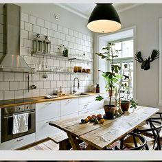「Ett underbart och personligt kök med det rostika och grova med vita luckor... #pinterestinspired #pinterest #interiör4all #interior2you…」