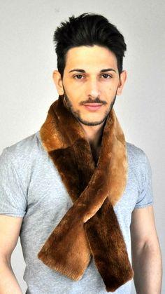 Solo nello store amifur.it troverete un'ampia selezione di sciarpe in pelliccia naturale per uomo, tra cui questa lucente sciarpa in autentico castoro Canadese.  www.amifur.it