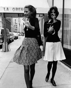Andrea Portago and Kitty Hawks New York City Restaurant Haunts of Café Society and the Jet Set La Grenouille Vogue jan 1972 by Richard Avedon 70s Fashion, Fashion History, Vintage Fashion, Style Fashion, Fashion Black, Ladies Fashion, Womens Fashion, Style 70s, Classic Style