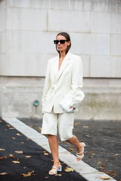 Bermuda Shorts Outfit, Bermuda Jeans, Blazer And Shorts, Blazer Outfits, White Fashion, All Fashion, Timeless Fashion, Korean Fashion, Printemps Street Style