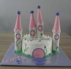kasteel taart. Daken zijn ijshoorntjes. Castle cake, towers are icecream cones
