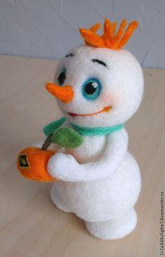 Снеговик весёлый с мандаринкой - белый,улыбчивый,снеговик с мандаринкой