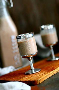 Itsetehty kermalikööri/Baileys - Suklaapossu Flute, Glass Of Milk, Champagne, Cream, Drinks, Tableware, Recipes, Food, Christmas