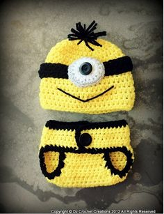 Minion costume for an infant. We provide step-by-step instructions teaching you how to crochet this adorable minion costume. Häkelanleitung Baby, Baby Love, Baby Set, Diy Baby, Homemade Gifts, Diy Gifts, Diy Crochet, Crochet Hats, Crochet Slippers