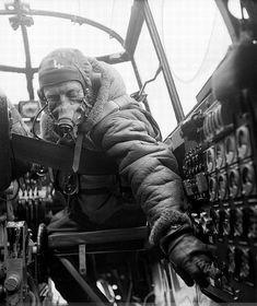photo Lancaster_flight_engineer.jpg