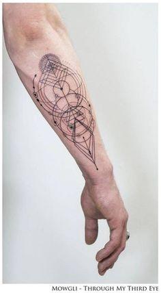 Tatuaje de estilo gráfico al que el artista a titulado 'Inherent Truth'.