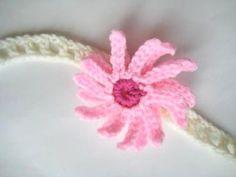 http://crochetdreamz.blogspot.dk/2011/07/baby-headband-with-flowers-free-crochet.html