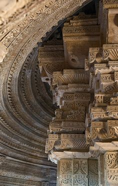 Saas-Bahu Temples, Gwalior, India on Flirck Indian Temple Architecture, India Architecture, Ancient Architecture, Amazing Architecture, Architecture Details, Gothic Architecture, Temple India, Hindu Temple, Varanasi