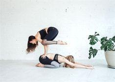 Acro Yoga Poses, Partner Yoga Poses, Yoga Moves, Bikram Yoga, Ashtanga Yoga, Yoga Exercises, Foto Sport, Yoga Nature, Fitness Armband