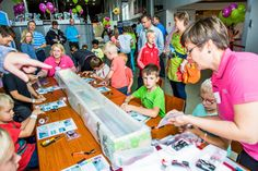 Työpäivä TEKissä ei aina ole toimistossa istuskelua. TEKin henkilökunta järjesti tiedekeskus Heurekassa TEK-päivän 31.8.2013. Heurekassa kävi melkoinen kuhina, kun tekniikan ihmeisiin ja TEKin toimintaan tutustui päivän aikana noin 2 500 tekkiläistä ja heidän perheenjäsentään. Lapset pääsivät rakentamaan itselleen veneen Tutki-Kokeile-Kehitä -tiedekilpailun Telakka-pisteellä. #teknologia #tiede #tekniikanakateemiset Build Stuff, Career Coach, My Job, Job Search, Experiment, Coaching, Fun, Fin Fun