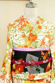 象牙色の地に、ふっくらと愛らしい梅の花枝、艷やかに咲く牡丹、凛と枝を伸ばす椿、匂いやかな藤の花房、楚々とした風情を添える菊花や水仙、詩情ただよう紅葉や萩の葉など目もあやに華やぎをきそう四季の草花に彩られた鼓模様が美しく染め出された縮緬袷着物です。 Kimono Japan, Japanese Kimono, Japanese Fashion, Fasion, Style Fashion, Obi One, Vintage Style, Vintage Fashion, Japanese Patterns