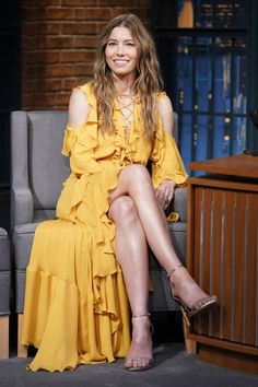 Jessica Biel flaunts legs in buttercup yellow cold-shoulder dress on Late Night With Seth Myers Jessica Biel, Beautiful Legs, Gorgeous Women, Celebrity Dresses, Celebrity Style, Celebrity Photos, Actress Jessica, Beautiful Celebrities, Hottest Photos