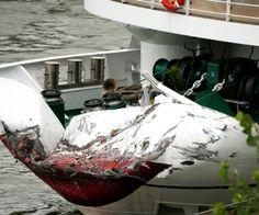 Das Passagierschiff liegt mit eingedrücktem Bug am Rheinufer. Das Schiff war mit einem Frachter zusammengestoßen.