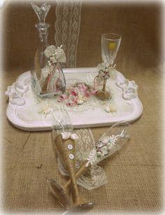 Χειροποίητος Ιταλικός ξύλινος δίσκος με Κρυστάλλινη Μποτίλια και Ποτήρι στολισμένα με λινάτσα και λουλούδια και Ποτήρια Σαμπάνιας Γαμπρός - Νύφη! Wedding Glasses, Wedding Photos, Home Decor, Marriage Pictures, Decoration Home, Room Decor, Interior Design, Wedding Pictures, Home Interiors