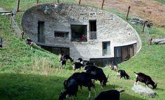 Das Architekturbüros CMA und SeARCH haben zusammen die Idee für die außergewöhnliche Architektur des Betonbaus realisiert. Dabei nutzten sie den naturgegebenen Berg und bauten die Villa komplett in den Hang hinein.