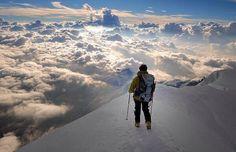 Por encima de las nubes en los Alpes.