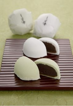 Japanese sweets, Shiomi Manju from Ako near Himeji in Hyogo - The outside shell is a little salty while the azuki paste inside is very sweet. It goes well with strong/bitter green tea or coffee.  塩味饅頭