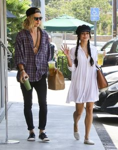 Vanessa Hudgens and Austin Butler Photos Photos - Couple Vanessa Hudgens and Austin Butler stops to buy some ice cold drinks while out and about in Studio City, California on September 7, 2015. Vanessa was in good spirits depsite recently revealing that her father has stage 4 cancer. - Vanessa Hudgens and Austin Butler Stop For Drinks in Studio City