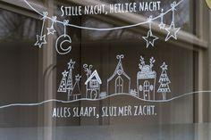 Hoe versier je raam met #krijtstift #kerstraam   #raamtekening #review door blog ElsaRblog met een #sjabloon van #etsyshop #krijtstifttekening ontwerp door #cecielmaakt Christmas Scenes, Christmas Svg, Christmas Wreaths, Xmas, Driving Home For Christmas, Christmas Window Decorations, Door Stickers, Sticker Shop, Chalkboard Art