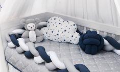 Uma tendência que chegou com tudo no quarto de bebê é o protetor trança, a peça traz um visual super moderno para o enxoval! Tem matéria completa no blog!  💙❤️😍 #quartoparabebe #enxovaldebebe #kitberco #protetortranca #trançadeberco #quartodemenina #quartodemenino Nursery Room, Baby Room, Baby Pillows, Boys Room Decor, Baby Cribs, Baby Crib Bedding, Backrest Pillow, Baby Decor, Baby Sewing