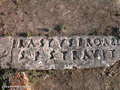 Inscripción de Erasto  En 1929 se encontró esta inscripción que mencionaba a Erasto. Según la inscripción él pagó para pavimentar la calle a cambio de ser nombrado como oficial de la ciudad. Es probable que este sea el mismo Erasto que manda saludos a la iglesia en Roma que menciona Pablo (Ro 16:23). Si es así, la influencia de Pablo se extendía a los ciudadanos adinerados e influyentes de Corinto.