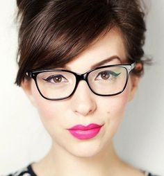 mujer con gafas y boca rosa