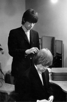Keith Richards combing Brian Jones' hair as the Rolling Stones prepare backstage for a performance, Get premium, high resolution news photos at Getty Images The Rolling Stones, Rock N Roll, Keith Richards, Rolling Stones Guitarist, Terry O Neill, Rollin Stones, Charlie Watts, Stevie Ray Vaughan, David Gilmour