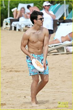 Full sized photo of Joe Jonas: Shirtless Frisbee Game in Hawaii and joe jonas shirtless frisbee hawaii Check out the latest photos, news and gossip on celebrities and all the big names in pop culture, tv, movies, entertainment and more. Beautiful Men, Beautiful People, People Figures, Just Jared Jr, Old Singers, Jonas Brothers, Nick Jonas, Hottest Photos, Kanye West