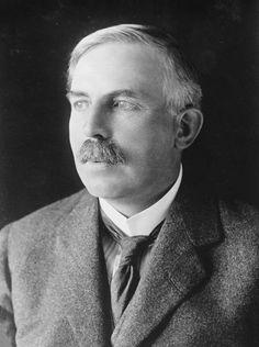 Hola! Mi nombre es Ernest Rutherford. Yo fui un físico y químico neozelandés, y la gente me conoce por haber probado la existencia del núcleo atómico, que es en donde se reúne toda la carga positiva y casi toda la masa del átomo. Nací el 30 de agosto de 1871 en Brightwater, Nueva Zelanda, y morí el 19 de octubre de 1937 en Cambridge, Reino Unido