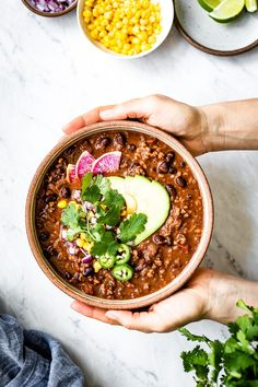 The Best Vegan Chili Recipe Ever!!! So much better than your average vegetarian chili! The secret ingredient makes it. Easy to prepare and everyone will love it. Yummy Recipes, Chili Recipes, Gourmet Recipes, Soup Recipes, Healthy Recipes, Apple Recipes, Easy Vegan Chili, Vegetarian Chili, Vegetarian Recipes