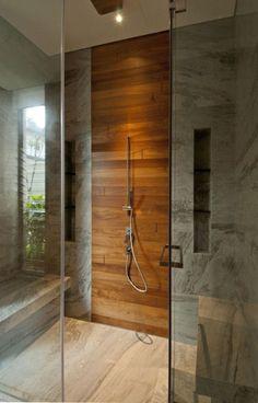 salle de bain en marbre gris avec mur d'accent en bois