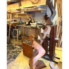 【eeeri125】さんのInstagramをピンしています。 《⚓︎ ゴンドラのオールを固定する部分を 制作してる工房にたまたま遭遇😍💕 職業柄か職人さんと工房にきゅんきゅんします。 普段はクルミの木を使ってるそうですが、 写真手前の美しいブラウンのものは 桜の木を使用してるみたいです🌸 年々減り続けて今ではベネチアに4つしか 専門の職人さんがいないらしいですが 素敵なこの文化が是非絶えないといいな✨ ⚓︎ #Italy#italia#venice#venezia#gondola#gondolier#fattoamano#beautiful#bellissimo#factory#arte#art#form#ベネチア#イタリア#ゴンドラ#オール#職人#工房#桜#くるみ#芸術#美》