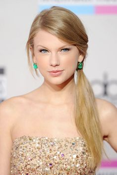 Best Picture of Taylor Swift Side Ponytail Hairstyle Side Ponytail Hairstyles, Girls School Hairstyles, Unique Hairstyles, Straight Hairstyles, Side Ponytails, Hairstyle Ideas, Hair Ponytail, Sleek Ponytail, College Hairstyles