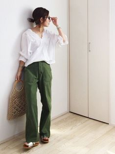 Womens Fashion Simple Casual Pants Ideas For 2019 Pink Fashion, Daily Fashion, Fashion Outfits, Womens Fashion, Khakis Outfit, Casual Outfits, Summer Outfits, Casual Pants, Olive Green Pants