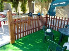 Fabricación de valla de madera para rodear la piscina