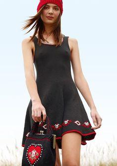 Schwarzes Kleid mit Stickerei selber stricken mit einer Strickanleitung aus Rebecca- mein Strickmagazin und dem ggh-Garn COTTINA (100% Baumwolle). Garnpaket zu Modell 16 aus Rebecca Nr. 57